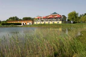 Golfclub-Restaurant mit Sonnenterrasse und Ausblick auf das Inselgrün.
